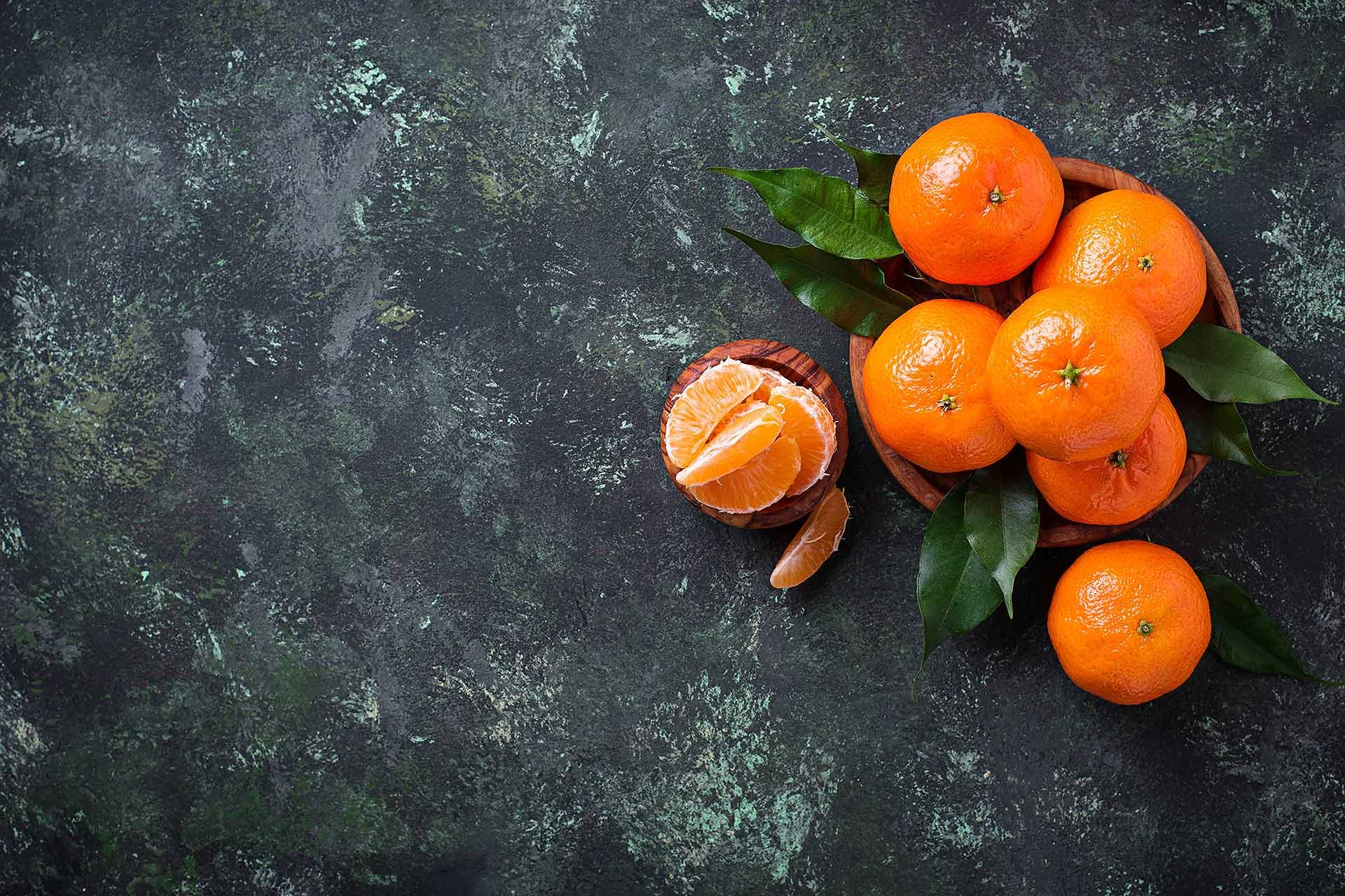 fresh-ripe-tangerines-with-leaves-FMD3A2K